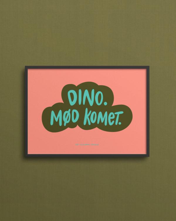 Lyserød plakat med teksten Dino. Mød komet på grøn baggrund. 13x18 cm