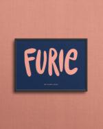 Lille print med teksten Furie på 13x18 cm, med pink tekst på mørkeblå baggrund