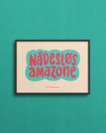 Print på 13x18 cm med teksten Nådesløs Amazone, bl/lyserød på beige baggrund